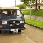 VW Bus an der Tankstelle